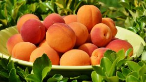 3840x2160 Wallpaper apricot, fruit, plate, leaves