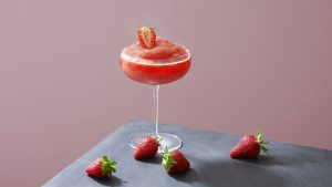 3840x2160 Wallpaper cocktail, strawberry, glass, pink