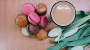 3840x2160 Wallpaper macaron, biscuits, coffee, tulips