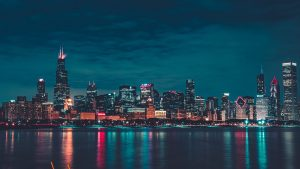 3840x2160 Wallpaper night city, buildings, water, reflection, chicago