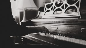 3840x2160 Wallpaper piano, hands, vintage, music, bw